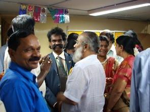 Nöjd professor Rengasamy i mitten
