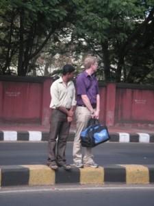 Att korsa vägen är inte de lättaste i den hårda trafiken!