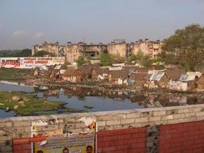Kåkstäderna längs en av Chennais kanaler på väg till ögonsjukhuset