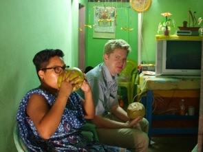 Dom bjöd oss på varsinn tender coconut, som vi drack ur.