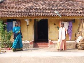 Efter lunch kom vi fram till Venkateshens hemby, här hans mamma och syster framför deras lilla hus