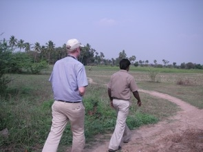 Sen visade Venkateshen oss runt på sina ägor och kring byn.